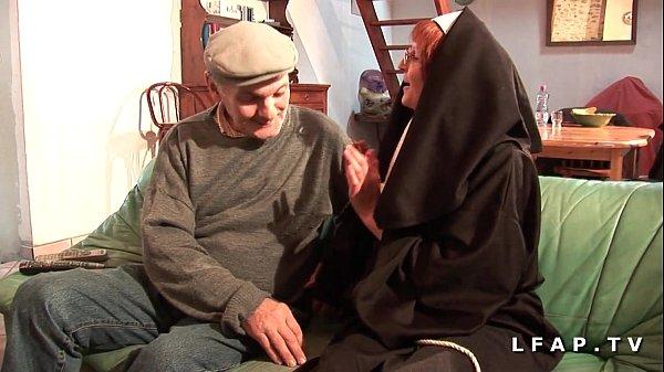 Rijpe oma wordt door grootvader diep in kutje geneukt